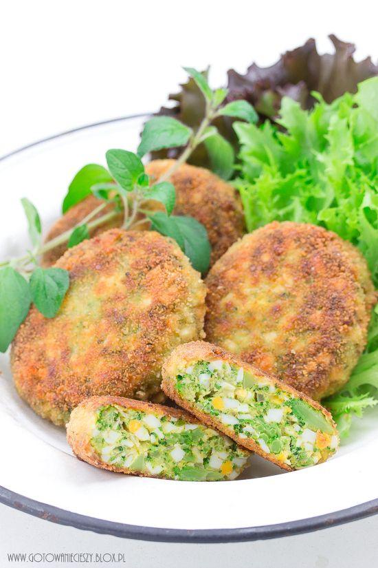 Kotleciki jajeczno brokułowe to pyszna, tania i prosta w przygotowaniu propozycja bezmięsnego obiadu. Sprawdzą się również jako drugie śniadanie do pracy lub