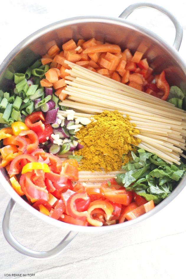 Penne im Topf: {Flott und pflegeleicht} Mein OnePotMenue: Süßkartoffelsuppe, Curry-Kokos-Pasta, Beeren-Crisp