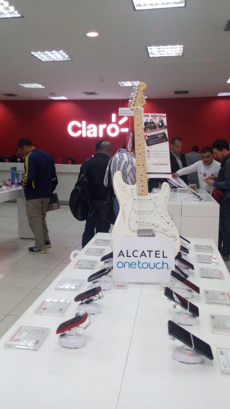 Mira la belleza de guitarra autografiada por ONE DIRECTION que recibió nuestro ganador de Colombia, por ser el primero en la trivia.