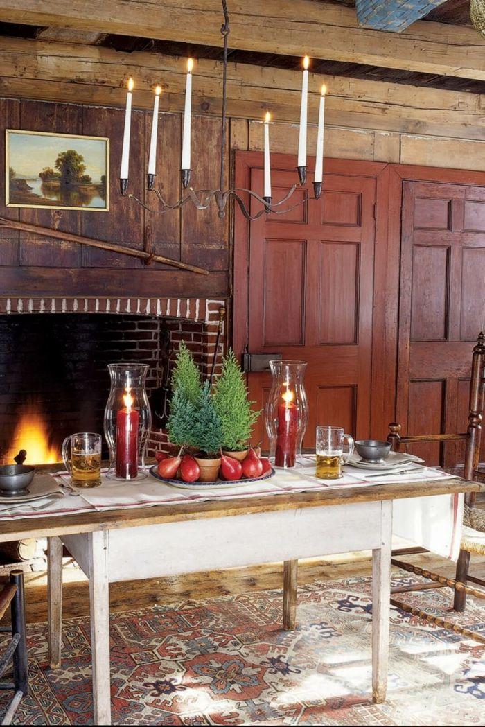 centro de mesa, decoración con pinos pequeños y peras, salón en estilo rústico, centro de mesa con grandes velas rojas y materiales naturales