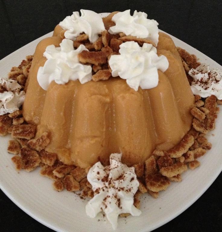 Stroopwafel-caramel pudding met stukjes stroopwafel, slagroom, cacao en caramel siroop. In een liter puddingvorm gemaakt. Staat zo leuk op tafel! Tip: Saroma. Eigen foto.