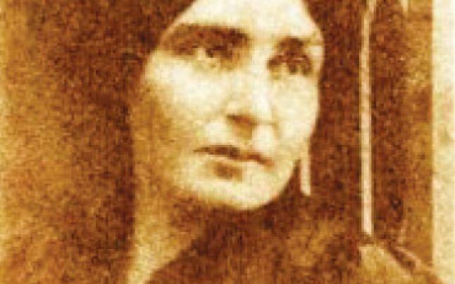 Elena Farago s-a născut pe 29 martie 1878 la Bârlad în casa părinților săi, Anastasia și Francisc Paximade. Copilăria și-a petrecut-o alături de cei șase frați și surori, fapt care se va reflecta mai târziu în opera literară. Va moșteni de la mama ei o sănătate delicată pe care timpul în loc să o îmbunătățească…