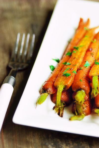 Bereiden:  Schraap de wortelen schoon en laat een klein stukje groen aan het einde zitten. Laat de kleine wortelen heel en snijd de grotere doormidden. Leg ze in een ovenschaal.  Meng de boter met alle kruiden en de bruine suiker en giet dit over de wortelen. Bestrooi met wat grof zeezout, voeg de witte wijn toe en dek de schaal af met zilverfolie. Bak de wortels in ca. 40 min. gaar in een voorverwarmde oven op 200°C.