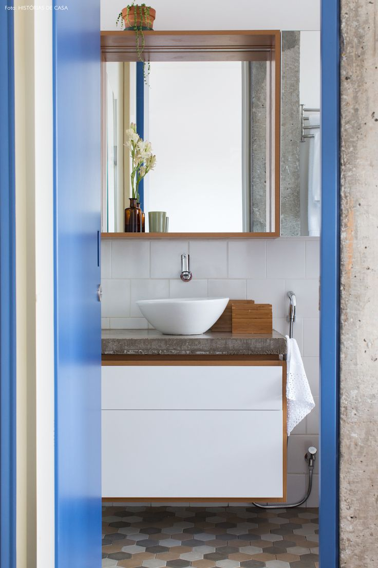 13-decoracao-apartamento-pequeno-banheiro-porta-colorida-piso-ladrilhos