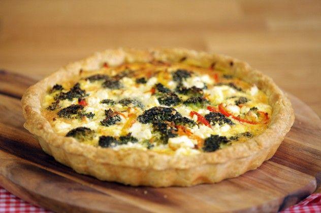 Sebzeli Lor Peynirli Kiş Malzemeleri Taban için malzemeler 400 gr. un 200 gr. tereyağı 1 dolu tutam tuz 2 adet yumurta ½ çay bardağı soğuk su İç harç için malzemeler 1 adet kırmızı dolmalık biber 1 adet sarı dolmalık biber 1 adet kırmızı soğan 200 gr. brokoli ( çiçeklerine ayrılmış ) 2 diş sarımsak 1 adet havuç ( rende ) 3 adet yumurta 200 gr. krema 1 avuç dolusu lor peyniri 3 yemek kaşığı zeytinyağı Tuz Karabiber Kiş hamuru için; Un, tereyağı ve tuzu elinizle ufalayarak kum haline getir...