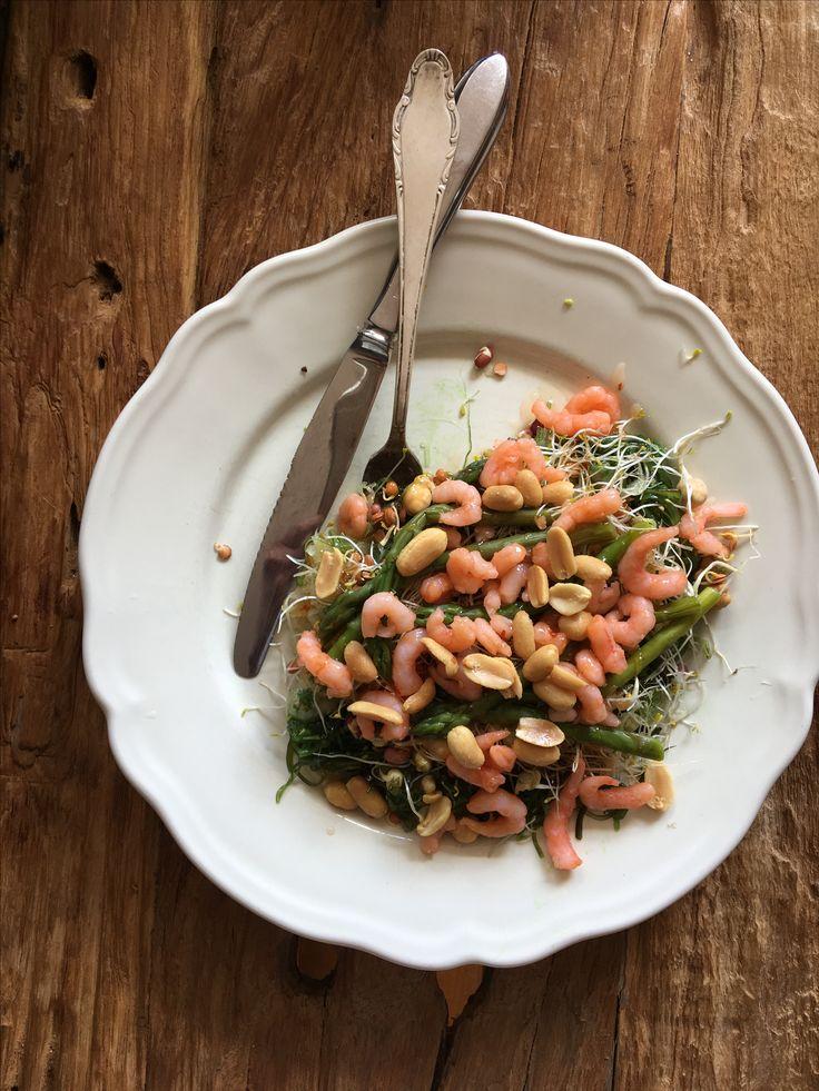 Heerlijk frisse lunchsalade  Zuurkool, zeewier en kiemgroente, met groene asperges, garnalen en wat pinda' voor de bite. Garneren met chili saus.