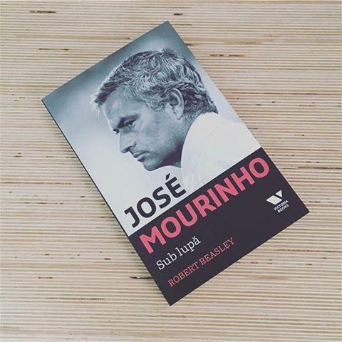 """""""José Mourinho. Sub lupă"""" de Robert Beasley: o carte despre cum funcționează mecanismele minții unui antrenor de top, informații din culisele industriei fotbalului, o carte despre familiaritatea și prietenia dintre jurnalist și antrenor. #upcloseandpersonal #romanianedition #victoriabooks #football #editurapublica"""