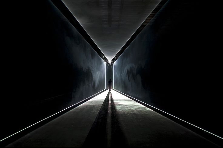 United Visual Artists // Starting with a white monolith of light, a void was created out of which the models emerged. White lasers were then used to define the catwalk area, building an illusion of architectural forms that shifted in shape and composition over the course of the show.