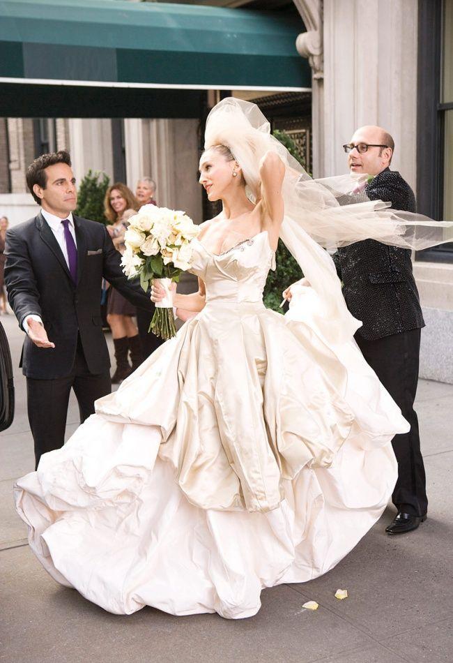 Сара Джессика Паркер в фильме «Секс в большом городе»   Этот смелый и экстравагантный свадебный наряд от Вивьен Вествуд, в котором Керри появилась на больших экранах, наверняка запомнился всем поклонницам сериала. Такое фееричное платье отлично передало образ героини и сразу же вошло в коллекцию лучших киношных образов.