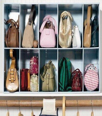 バッグや鞄をたくさん持っている女性の方、多いですよね。毎日のおしゃれに欠かせないワードローブのひとつです。しかし、お気に入りのアイテムが増えれば増えるほど、クローゼットのなかはごちゃごちゃになってしまうもの。そこで今回は、その悩みを解消できるバッグと鞄のいろいろな収納アイデアをご紹介していきます!あなたのお好きなアイデアを、ぜひ見つけてくださいね。