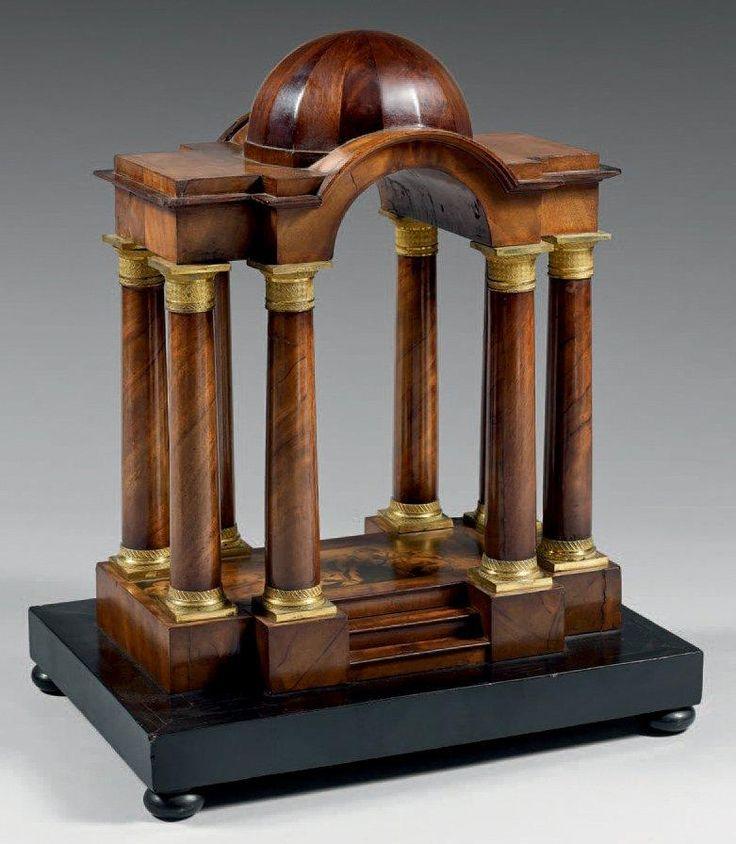 Temple miniature à toutes faces en acajou à décor, à l'amortissement,