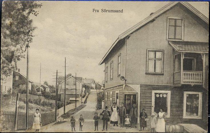 SØRUMSAND i Sørum kommune i Akershus fylke. Fint motiv med folk ved landhandler  Utg Georg Myhrens kortforlag