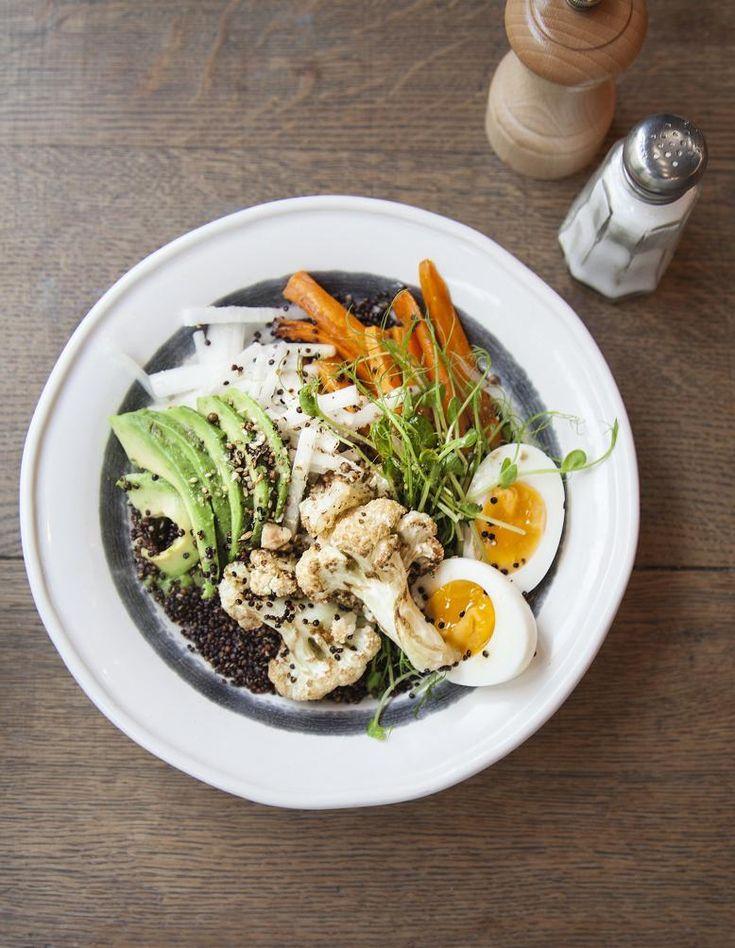 Recette Avocado bowl au quinoa croustillant : Faites cuire 300 g de quinoa dans 60 cl d'eau bouillante pendant 11 mn. Égouttez.Préchauffez le four à 200 °...