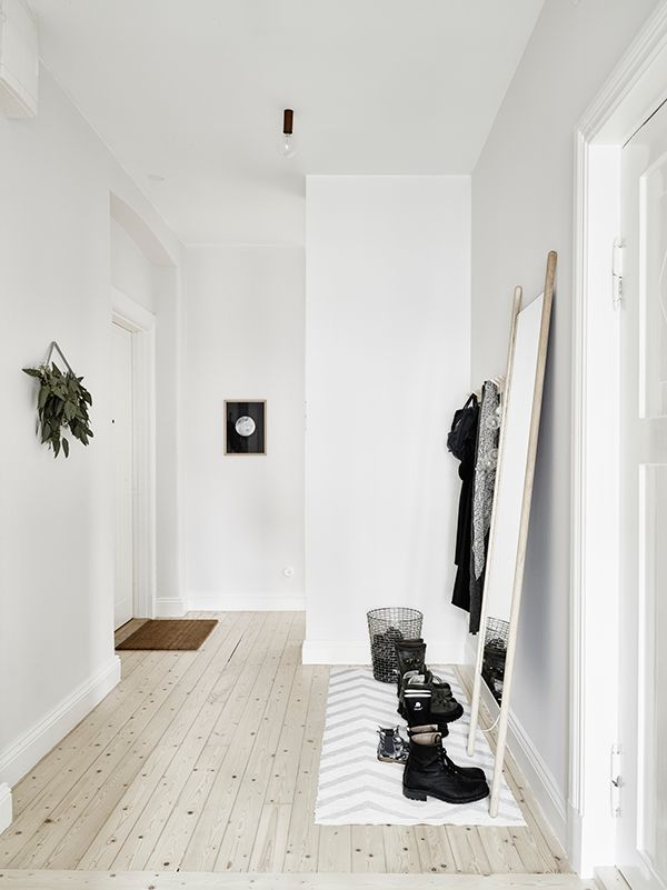 can't see it well from this angle, but they draped a strand of globe lights from the coat hook-nice touch...love the clean lined simplicity/functionality of this space