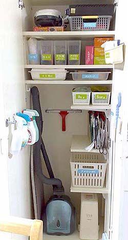 この約巾60センチ、奥行き40センチ、高さ180センチの収納庫ひとつで、   ・ カセットコンロの用意  ・ ドーナツ(メーカー)の用意  ・ たこ焼き(器)の用意  ・ アイロンがけの用意  ・ 宅配便の荷造り&荷ほどき  ・ 掃除機がけ、掃除機の紙パック交換  ・ 拭き掃除  ・ ガラスみがき  ・ フローリング掃除  ・ ゴミ捨ての用意、ゴミ袋のセッティング  ・ 新聞、雑誌を処分する用意  ・ ティッシュペーパーの買い置き   ・・・以上のことがすぐに取りかかれるのでやる気も出ます。