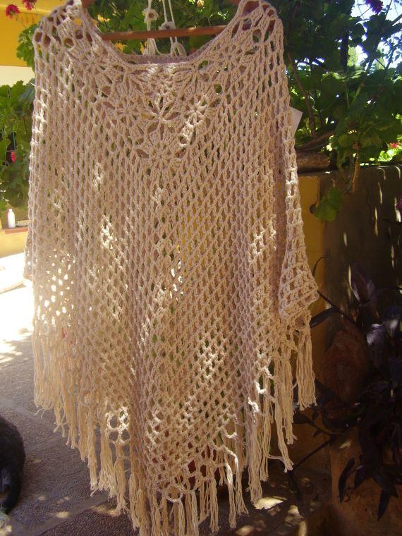 Poncho todo trabajado a ganchillo ,en puntos calados y en forma de flores,con hilo de algodón color arena.es ideal para el verano ,es largo,suave y f