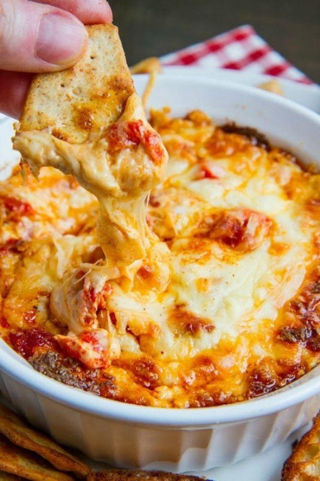 """""""Запеченный красный перец с сыром"""". Смешайте красный перец, нарезанный кубиками, 4 столовые ложки сливочного сыра, шарик сыра моцарелла, стакан тертого твердого сыра, соль и черный перец в форме для выпечки и выпекайте при температуре 180 градусов до золотисто-коричневого цвета около 20-30 минут. Подавать блюдо нужно в горячем виде вместе с гренками."""