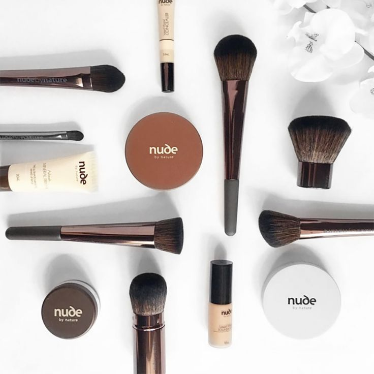 We love this shot by Make-up Artist and YouTuber @tina_yong of our #nudebynature essentials and #probrushcollection. Award Winning Make-up deserves expert brushes: www.nudebynature.com.au #mineralmakeup #goodforyou #crueltyfree #flatlay #makeupbrushes