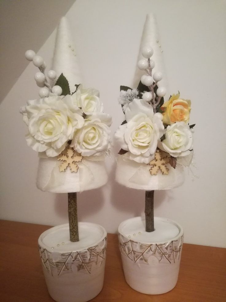 Choinki z biało-kremowymi różami