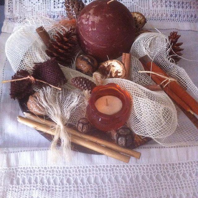 Σύνθεση σε καφέ πιατέλα με λευκό σκληρό  τούλι αποξηραμένα καρυδιά κουκουνάρια πορτοκάλια κανέλες και θήκη  για ρεσω