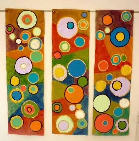 1ère étape : faire les empreintes des objets ronds au crayon à papier : 2ème étape : peindre à l'intérieur des ronds à la gouache 3ème étape : passer de l'encre entre les ronds  4ème étape : cerner chaque rond avec de l'encre noire ou dorée