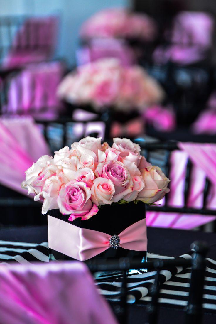 Centros de mesa rosas rosadas y base cuadrada de color negro para fiesta temática de Paris para quinceañeras. #FiestaDeQuince
