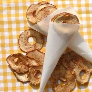 Appelchips zijn een gezonde snack - en je huis gaat er ook nog lekker van ruiken! Recept op http://dekinderkookshop.nl/recipe-items/appelchips/