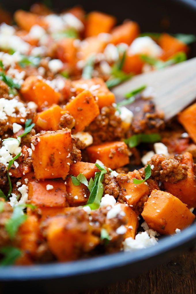 Herzhafte Süßkartoffel-Hackfleisch-Pfanne mit Feta. Dieses 10-Zutaten Rezept ist einfach und so lecker. Sättigend, perfekt für den Feierabend und in 30 Minuten auf dem Tisch!