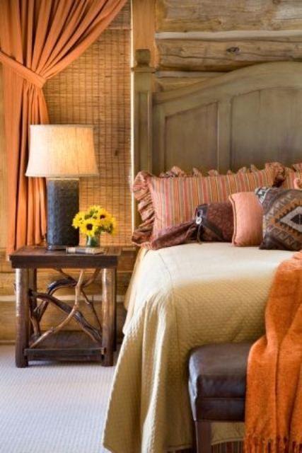 De kleurencombinatie van de verschillende stoffen en het hoofdeind van het bed maken deze kamer rustig maar ook interessant.