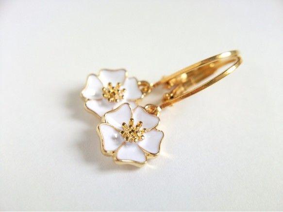 フックピアス 白い花