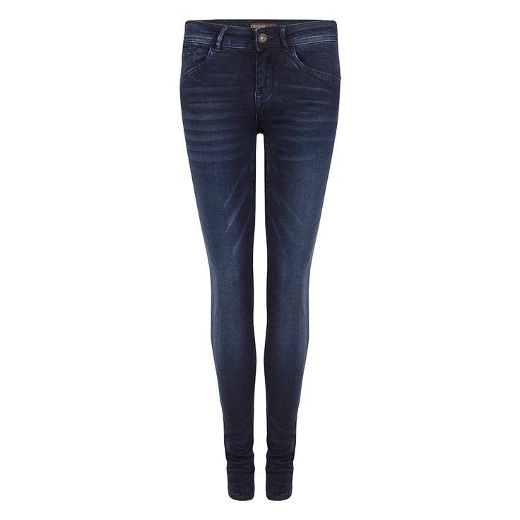 Zijdezachte, skinny-fit stretch jeans. Pacey Pants heeft vijf zakken en een enkele metalen knoop-en ritssluiting aan de voorkant.  Note: De Pacey Pants valt strak langs de benen en recht vanaf de kuit. 93% katoen, 5% polyester, 2% elasthaan  Merk: Supertrash  € 119,95 www.Exposar.com via I KISS FASHION  #supertrash #skinny #jeans #looking #good