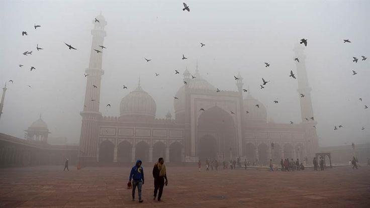 """Las escuelas cerraron para que los niños no corran peligro ante el aire contaminado; es la ciudad más contaminada del mundo. La Asociación Médica India dijo que Nueva Delhi estaba en medio de una """"emergencia de salud pública"""" LEER MAS"""