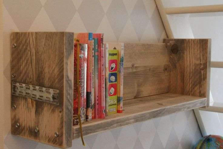 Boekenplank geheel van oud steigerhout. gemaakt en gefotografeerd door Leen de Ruiter