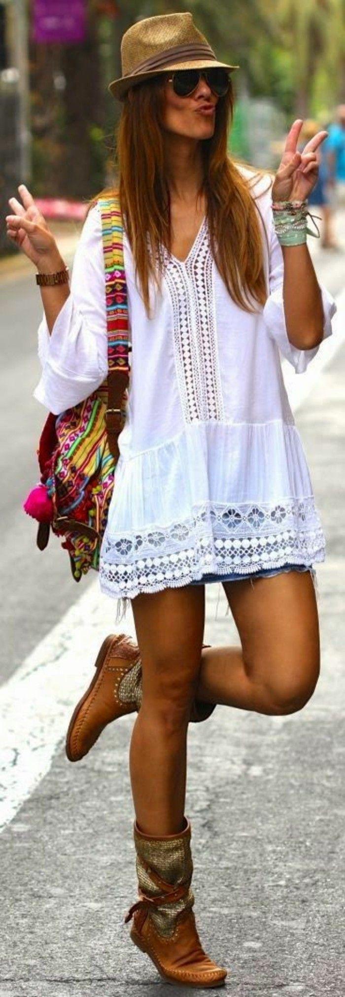 tenue boheme chic, tunique blanche et sac d été en couleurs vives