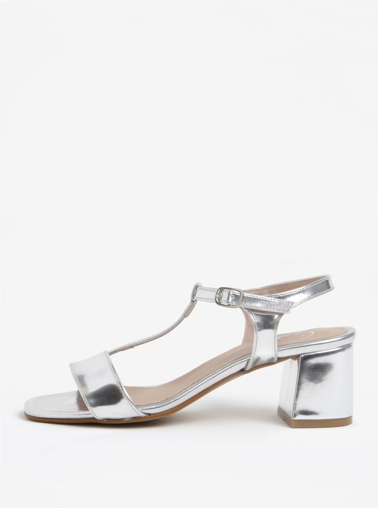 Nikdy nelétáte nízko? Nemusíte si žít přímo na vysoké noze, abyste dosáhla na tenhle parádní kousek. Typ: lesklé sandálky na širokém podpatku...