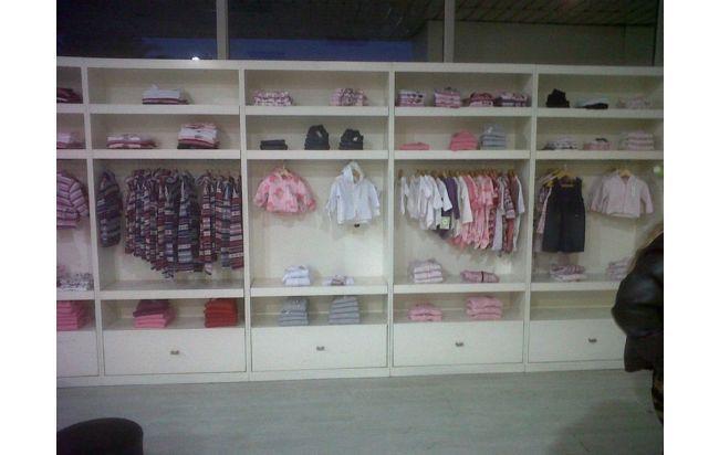 Super remate muebles para local de ropa de ni os for Muebles baratos remate
