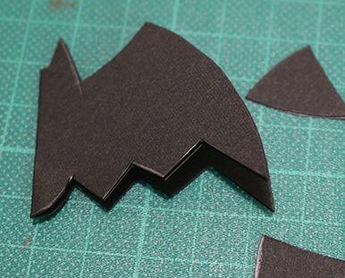 コウモリの形に切り抜くためのガイドを鉛筆で描く ハロウィンパーティー演出に!コウモリ風ストローマーカーの作り方