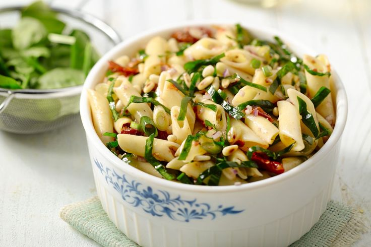 Koude pasta is de ideale basis voor een salade, zoals deze pastasalade met jonge spinazie, zongedroogde tomaatjes en pijnboompitten.