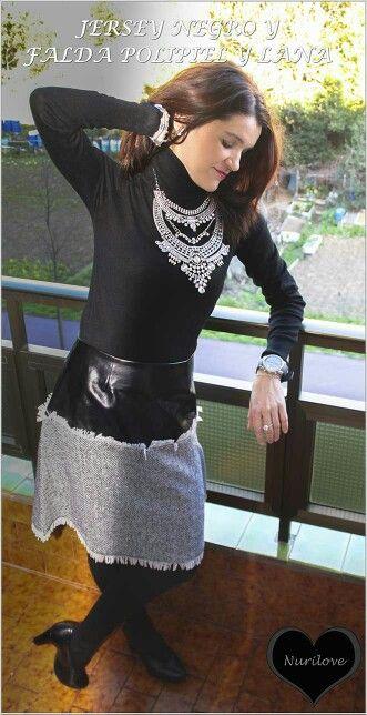 Jersey negro y falda de polipiel y lana