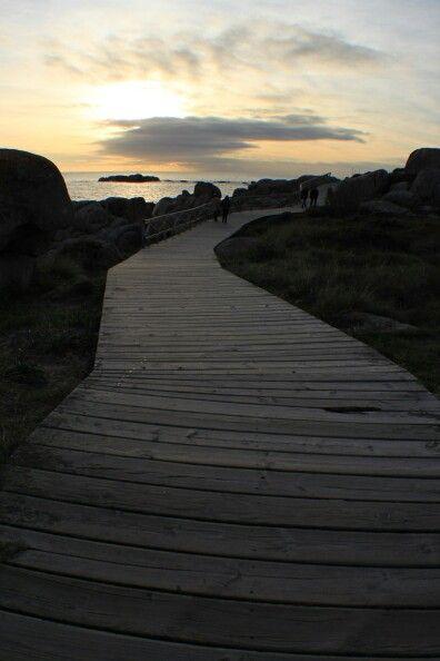 Paseo Piedras Negras. La pasarela de madera perfectamente integrada en el paisaje, nos permite disfrutar de la naturaleza salvaje y pasear entre enormes bolos graniticos. www.hotelgranproa.com