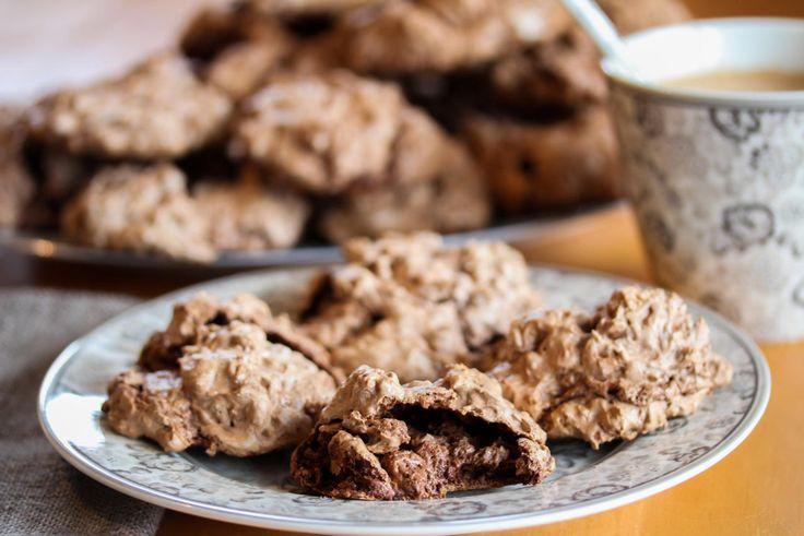 Dette er noen fantastiske småkaker som nesten smaker som stekt sjokolademousse…!    Kakene består av marengs som tilsettes mye smeltet sjokolade, hvilket gir kakene en veldig rik og mye mer «ekte» sjokoladesmak enn om man bruker kakao. I tillegg blandes marengsen med hakkede valnøtter, som jo smaker fantastisk godt sammen med sjokolade! Kakene inneholder ikke noe hvetemel, og blir derfor ikke så mektige og dessuten deilig bløte i konsistensen.    For at kakene skal få den rette konsistensen…