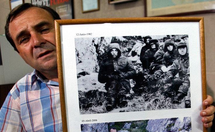 ■ El Veterano de Guerra argentino José Luis Aparicio, muestra a la cámara una imagen de sí mismo (derecha) y su compañero Jorge Suárez (izquierda) cuando fueron hechos prisioneros por las tropas británicas después del 12 de Junio 1982, tras la batalla de Monte Longdon. Foto tomada en La Plata, Argentina, el 20 de Marzo de 2007. (Reuters / Enrique Marcarian)