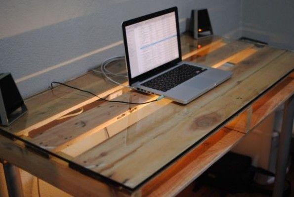 Schick und selbst gebaut: Ein Schreibtisch aus einer Europalette, vier Beinen und einer Glasplatte. (Foto: Doityu)