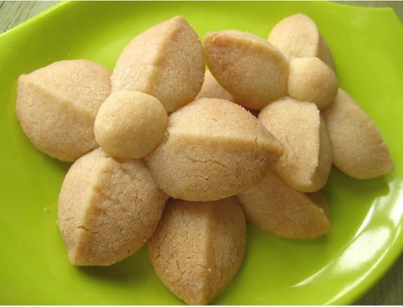 Kleeb Lamduan: Thai Shortbread Cookies ขนมกลีบลำดวน   Thai ...