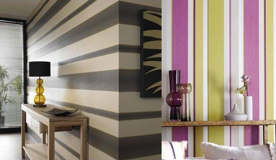duvar kagidi ile dekorasyon fikirleri ev ic dekor duvar dekoru koltuk yatak salon abajur uyumu cizgili fume bej mor sari