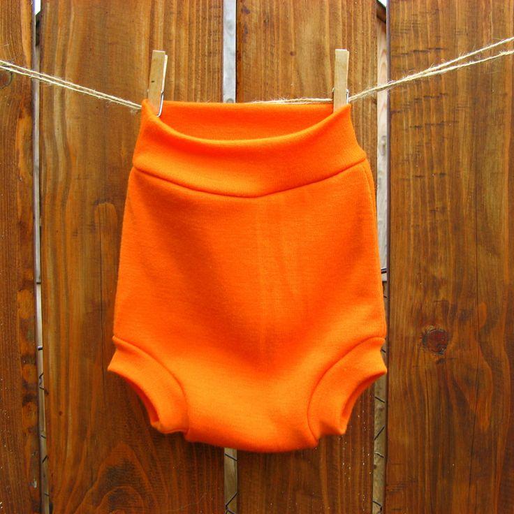 Vlňáčky - Oranžové Svrchní kalhotky na látkové pleny z jemné merino vlny inovovaného střihu.Nové vlňáčky jsou vyšší, takže vydrží dítku po delší období. Upravené jsou také lemy okolo nožiček a pasu. Kalhotky jsou dvouvrstvé - vnitřní vrstva je zespeciálníhobio merinoúpletu určeného přímo na vlňáčky a vnější vrstvu a lemy tvoří velmi ...