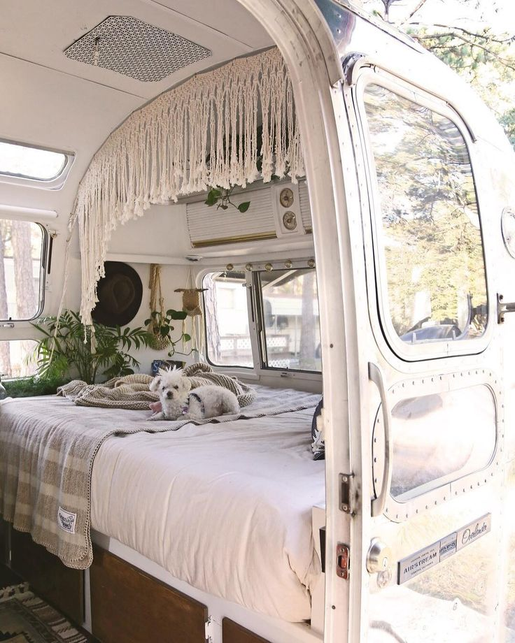 This 1975 Airstream didn't always look THIS good. Full of green shag carpeting, yellowed walls and fake wood furniture — it needed lots of work. See how Sheena and her husband Jason gave it a new look via the link in our bio.(Image: @mavistheairstream)
