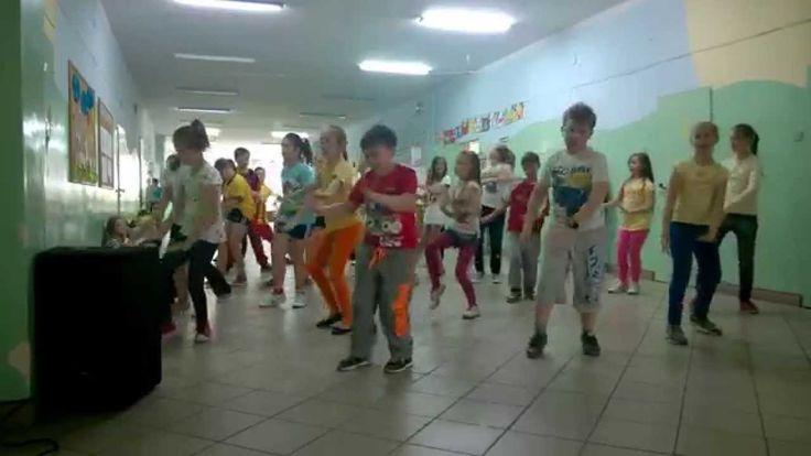 "Uczniowie klas III tańczą ""Toca Toca"" SP2 Barcin"