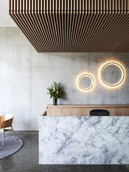Love the combination of materials in this reception. The marble and the wooden slats work are so good together!