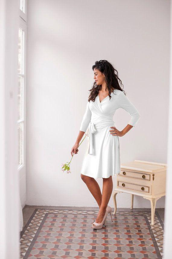 Kurzes Bratkleid von Mimetik | Mehr kurze Brautkleider auf http://www.hochzeitsplaza.de/brautkleider-trends/kurze-brautkleider | #hochzeit #braut #brautkleid  #kurz #romantisch #wickelkleid #standesamt #modern #ärmel #weiß